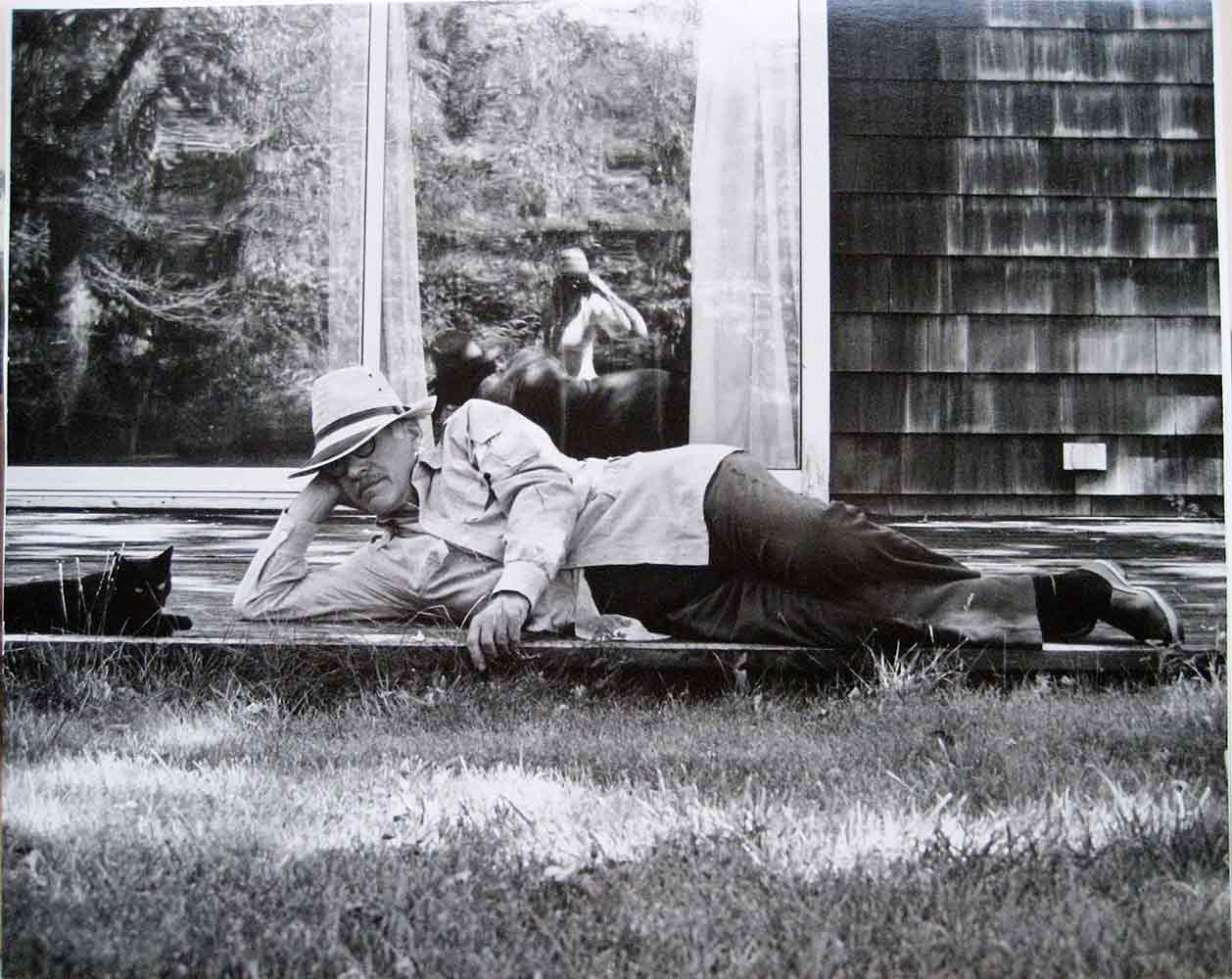 Steinberg with the cat Papoose in Amagansett, 1977.  Photo by Sigrid Spaeth.  Hedda Sterne Foundation.